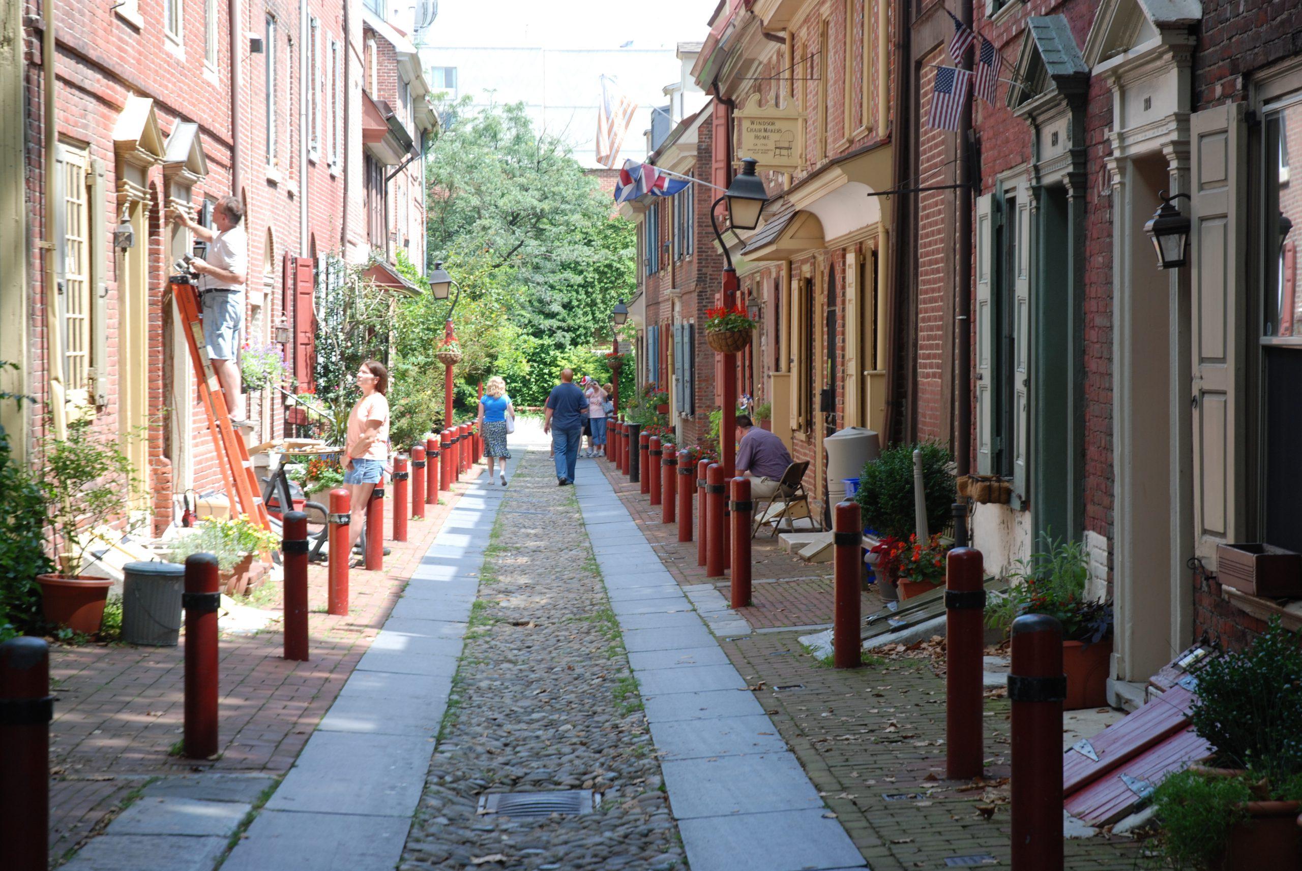 smalle straat met rode palen
